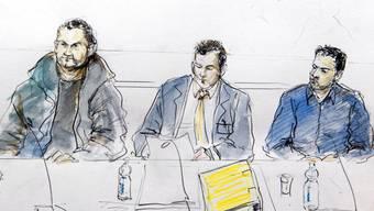 Zwei der vier Angeklagten und ihr Verteidiger vor dem Bundesstrafgericht in Bellinzona. (Archiv)