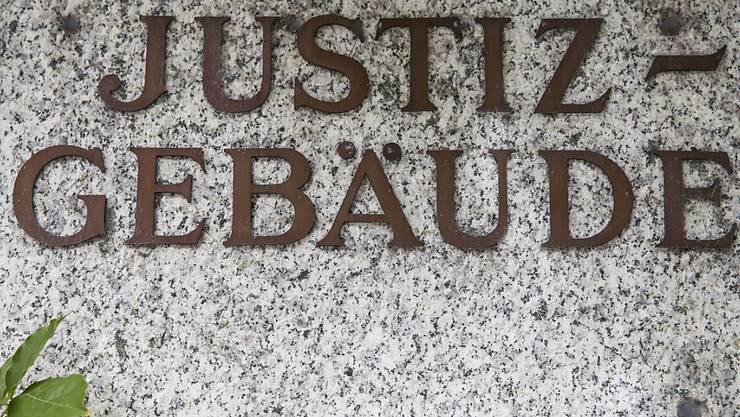 Das Bezirksgericht Visp sprach am Donnerstag einen Barmann wegen sexueller Handlungen mit einer Minderjährigen schuldig.
