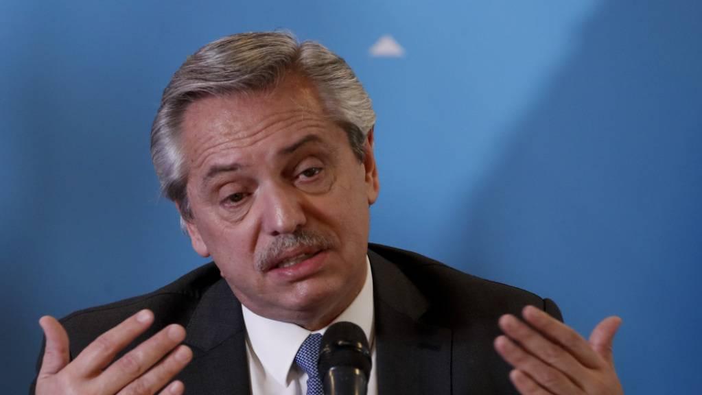 Alberto Fernández, Präsident von Argentinien, spricht bei der Präsentation seines Kabinetts. Die Staatsanwaltschaft hat gegen Fernández Ermittlungen eingeleitet, weil dieser trotz strenger Corona-Ausgangsbeschränkungen eine Party ausgerichteten haben soll.