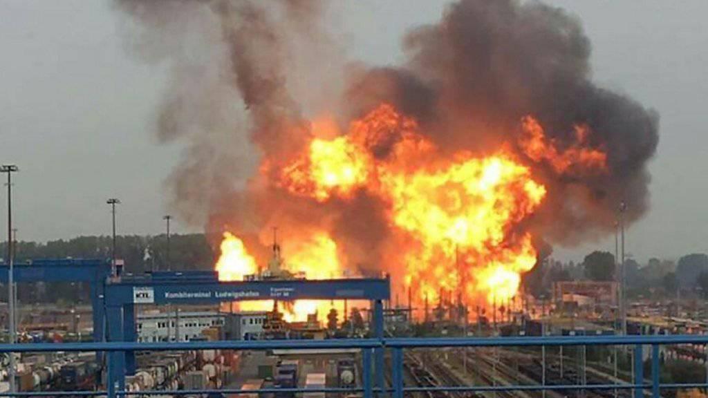 Die Explosion auf dem BASF-Werksgelände in Ludwigshafen löste einen gewaltigen Brand beim Chemieriesen aus.