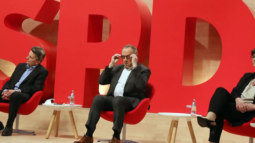 Rolf Mützenich (l-r), Fraktionschef, Norbert Walter-Borjans und Saskia Esken, die beiden SPD-Vorsitzenden, nehmen am Online-Bundesparteitag der SPD teil. Foto: Wolfgang Kumm/dpa