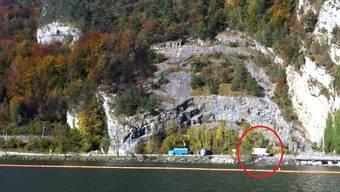 Der weisse Lastwagen von Coop (Kreis) steht mitten im Sperrgebiet bei der Absturzstelle nahe Alpnachstad.