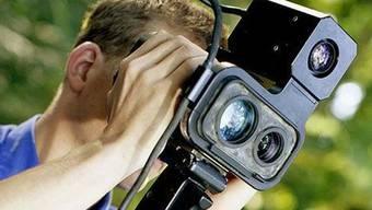 Temposünder im Visier: Mit einem mobilen Lasermessgerät bremst die Zürcher Kantonspolizei die Raser aus. (Symbolbild)