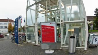 Zugpassagiere müssen ihr Gepäck noch während Wochen über die Treppe tragen – der hochwassergeschädigte Lift ist weiterhin nicht in Betrieb. (Archiv)