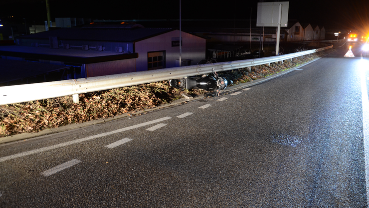 Das Motorrad, welches in den Leitplanken eingeklemmt war, musst durch ein Abschleppunter-nehmen aufgeladen und abtransportiert werden.