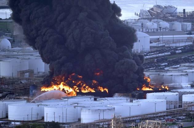 Die Feuerwehr bemühe sich, ein Ausweiten der Flammen und Explosionen zu verhindern, erklärte ein Sprecher des Werks der Intercontinental Terminals Company (ITC).