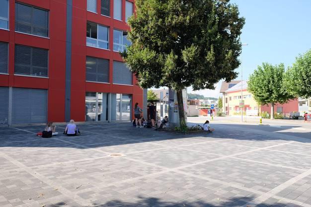 Jugendliche bei der Bushaltestelle Gemeindezentrum
