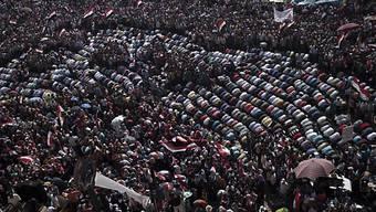 Anti-Mursi-Demonstranten beten auf dem Tahrir-Platz in Kairo