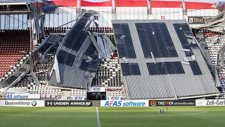 Das Dach des Stadions in Alkmaar ist teilweise eingestürzt
