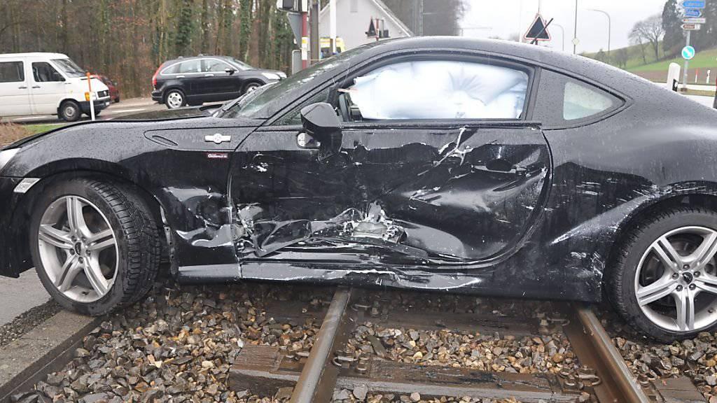 Das beschädigte Auto musste mit einem Kran geborgen werden. Der Bahnverkehr war vorübergehend eingeschränkt.