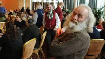 Menschen in Not freuen sich auf ein reichhaltiges Buffet und Unterhaltung.