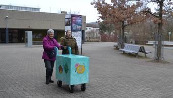 Ruth Eisenhut (73, l.) und Hanne Lore Schumacher (71) mit dem «Wägeli», mit dem das Essen zu den Kunden des Mahlzeitendiensts gebracht wird.