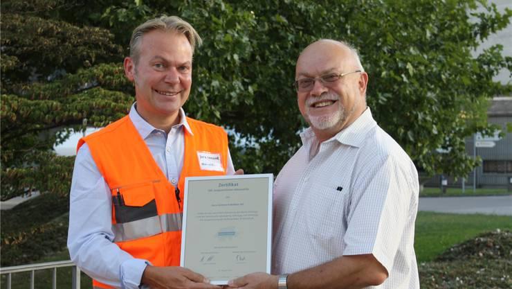 Ruedi Lustenberger überreicht Marcel Bieri das Zertifikat.
