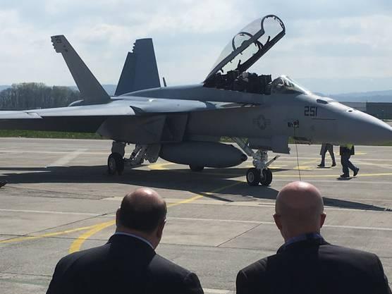 US-Botschafter Ed McMullen (links) nimmt das Lieblingsflugzeug des US-Präsidenten Donald Trump, den Super Hornet, in Augenschein.