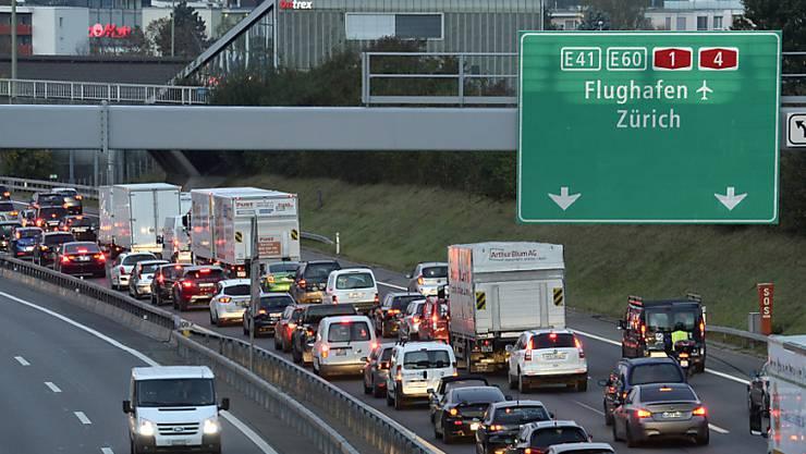 Stau wegen Unfall im Gubristtunnel. (Themenbild)