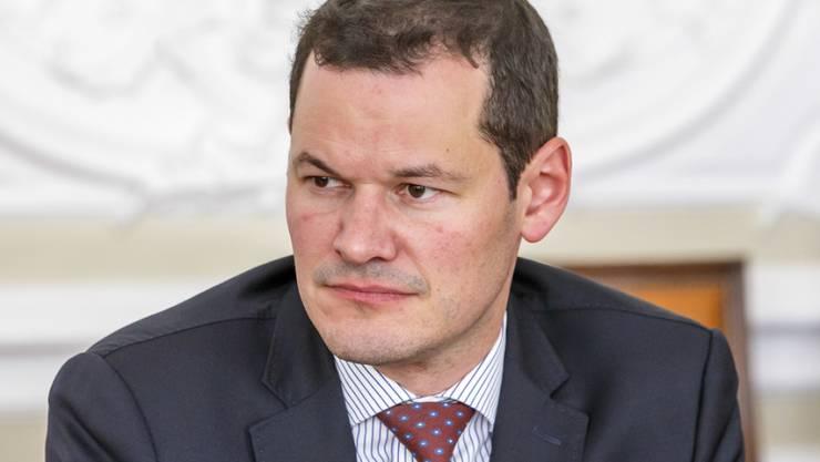 Pierre Maudet muss einen Misserfolg einstecken. Die Strafkammer hat seinen Antrag abgelehnt. Der Genfer FDP-Staatsrat hatte einen Rückzug der Staatsanwälte gefordert, die das Verfahren gegen ihn wegen seiner umstrittenen Reise nach Abu Dhabi leiten. (Archivbild)