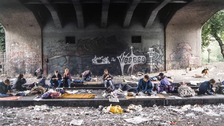 Der Letten, Nachfolger der offenen Szene auf dem Platzspitzareal, wurde in Spitzenzeiten von über tausend Drogenkonsumenten frequentiert. (1994)