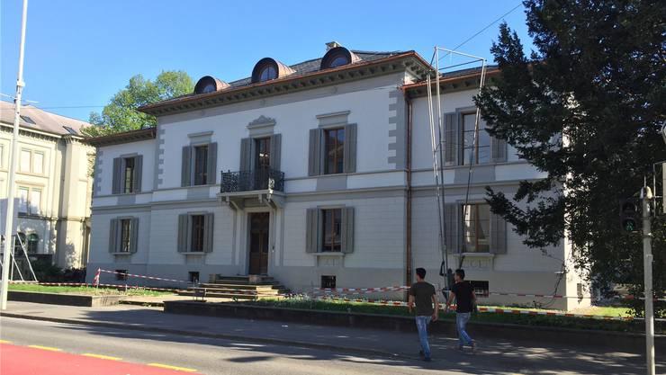 Die alte Pracht ist zurück, die Dachkännel erstrahlen für ein paar Monate kupferfarbig: Die Zurlinden-Villa wird für 4,3 Millionen Franken total renoviert.
