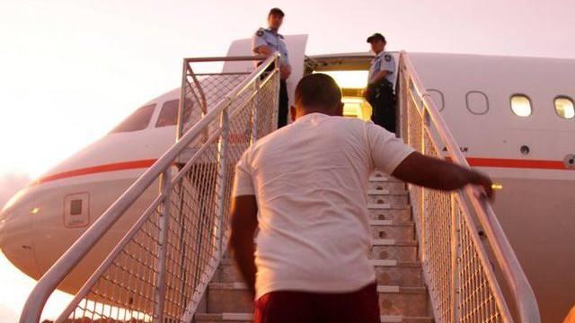 Ein Bootsflüchtling verlässt Australien mit dem Flugzeug in Richting Nauru