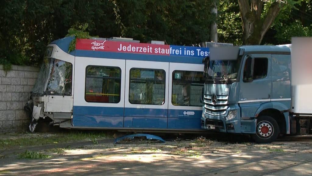 Lastwagen rammt Tram - Mehrere Personen verletzt