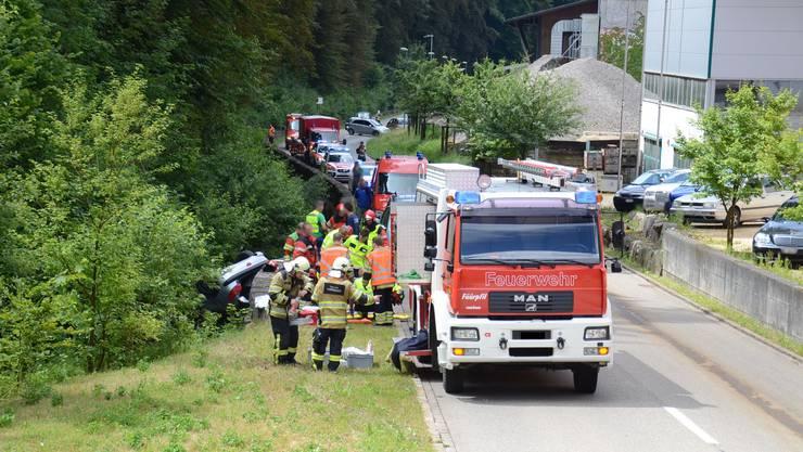 Die Autofahrerin musste von Feuerwehr und Sanität geborgen werden.