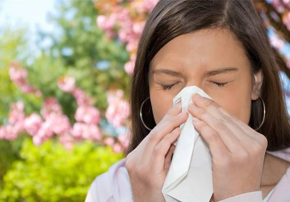 Gesundheit! Schönes Wetter hat auch seine Schattenseiten. Fliegen Pollen durch die Luft, sollten Allergiker ihre Medikamente nicht vergessen.