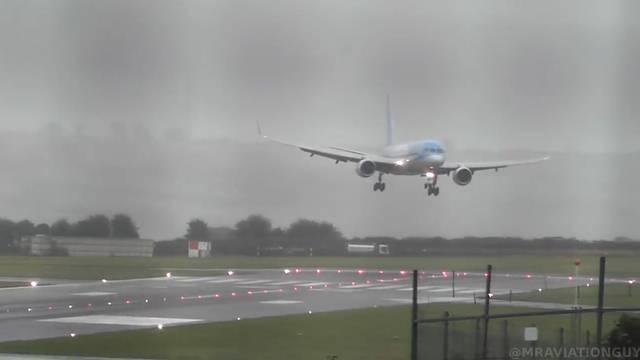 Flugzeug landet fast seitwärts