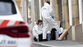 Spezialisten der Waadtländer Polizei sichern Spuren nach der Schiesserei in Grandson.
