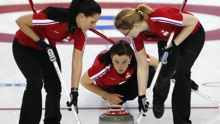 Carmen Schäfer und Janine Greiner am Wischen fürs Schweizer Curlingteam.
