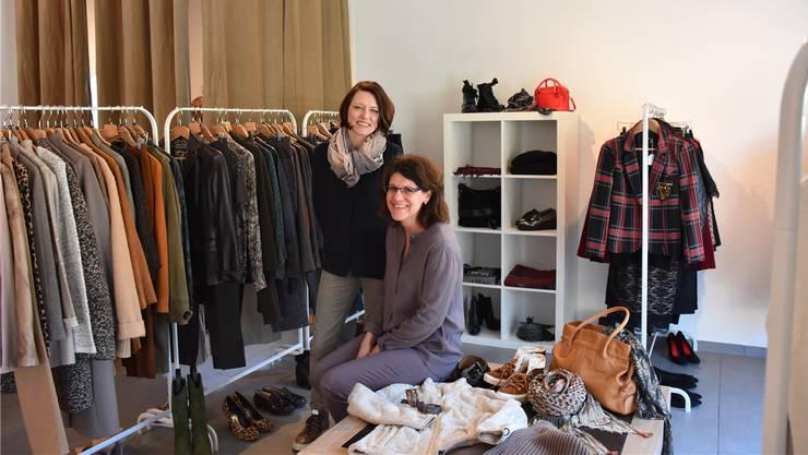 Nadia Schwarz (links) und Elsbeth Schmid verkaufen hochwertiges Secondhand.