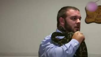Priester Cody Coots tanzt mit der Schlange.