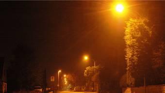 Die intelligenten Strassenlampen reagieren unterschiedlich  auf Auto- und Velofahrer.