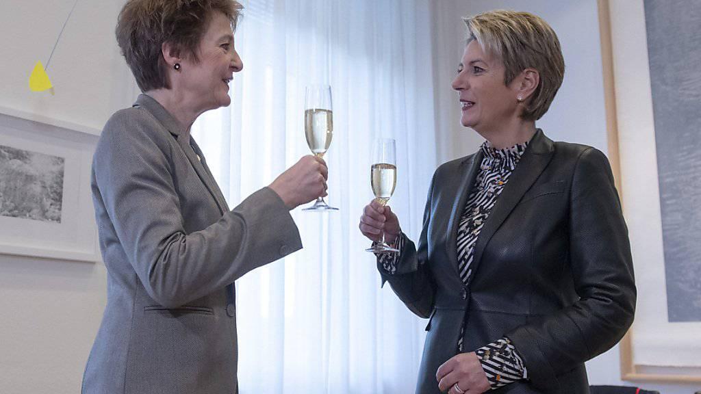 Bundesrätin Simonetta Sommaruga und Bundesrätin Karin Keller-Sutter stossen auf die Departementsübergabe an.