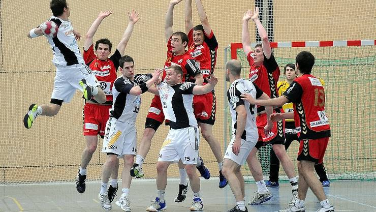 Alles strecken gegen Suhrs David Parolo (links) hilft nichts. Endingen steigt in die Nationalliga B ab. © Alexander Wagner
