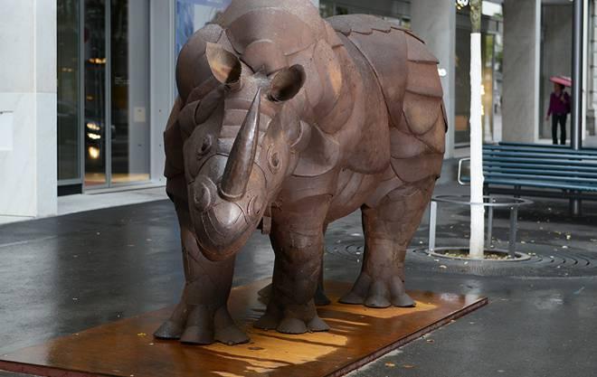 Wacht wieder vor der Tür: die Nashorn-Skulptur.