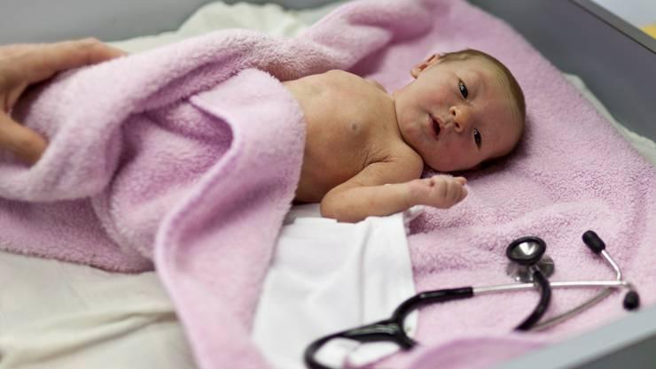 Auf der Geburtenabteilung in Laufen blickt man unsicheren Zeiten entgegen. KEYSTONE/Gaetan Bally