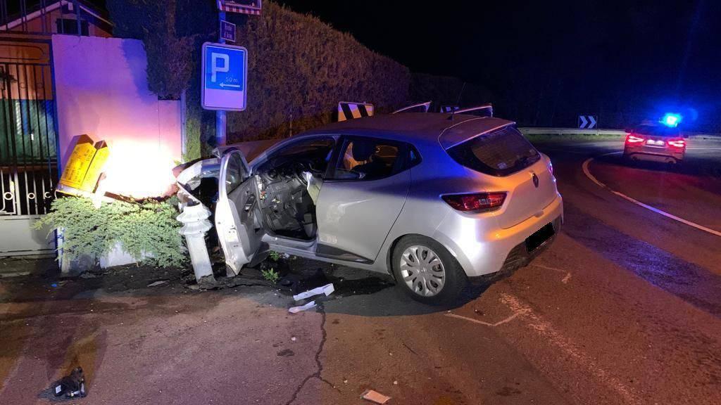 In einer scharfen Kurve verlor der Fahrer die Kontrolle über das gestohlene Auto. Es prallte in eine Leitplanke.