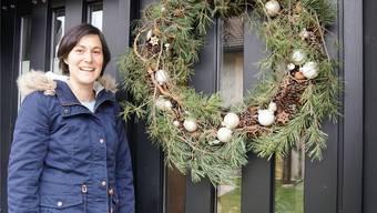 An der Eingangstür von Nicole Widmers Haus hängt ein grosser, weihnachtlich geschmückter Kranz.