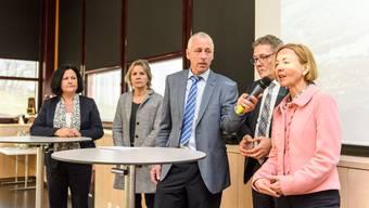 Bauernsekretär Peter Brügger (Mitte) befragt (v.l.) Marianne Meister, Brigit Wyss, Roland Fürst und Susanne Schaffner.