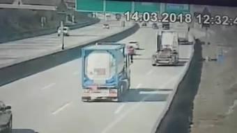 Das abgefilmte Video zeigt den Unfall auf der A2 bei Muttenz vom März 2018