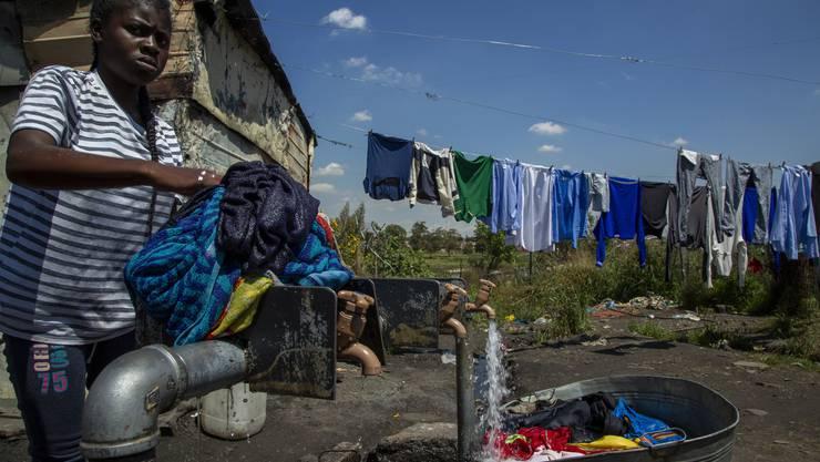 Sauberes Wasser: Das ist in Südafrika für die Hälfte der Menschen noch immer Mangelware. (Bild: Keystone)
