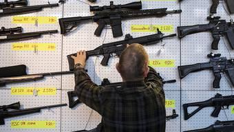 Wer eine halbautomatische Waffe erwerben will, soll eine Ausnahmebewilligung benötigen. So sieht es das Waffengesetz vor, über das im Mai abgestimmt wird. (Archiv)