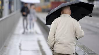 Viel Regen über der Schweiz: Personen mit Regenschirmen gehen auf der Kirchenfeldbrücke in Bern.