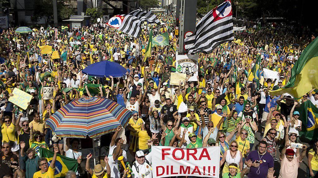 In mehreren Städten Brasiliens demonstrieren die Menschen gegen Korruption und steigende Preise.