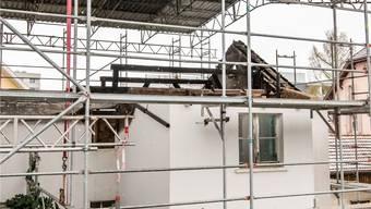 Das Doppelwohnhaus an der Kernmattstrasse in Binningen brannte im Juli 2016 aus. Übrig geblieben ist nicht viel mehr als die Mauern.Nicole Nars-Zimmer