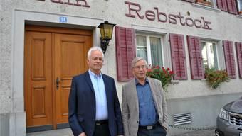 Gehört der Gemeinde: Vizeammann Christian Fricker (links) und Gemeinderat Thomas Stöckli vor dem «Rebstock». (Archiv)