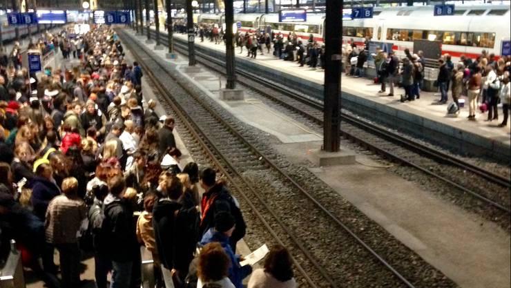 Eine grosse Menschenmenge wartete in Basel auf den Zug.