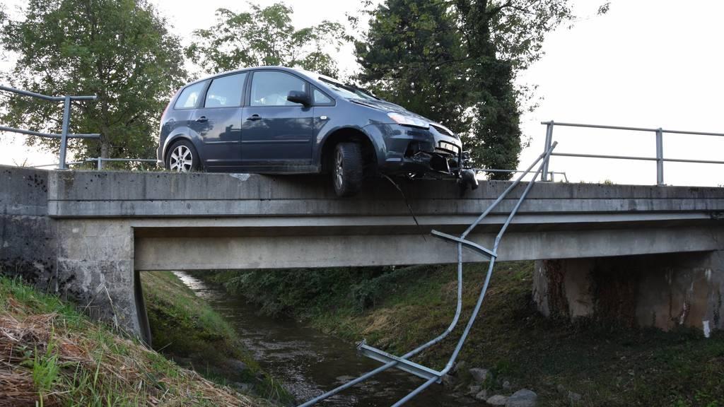 Nach dem Ausweichmanöver durchbrach das Auto das Brückengeländer in