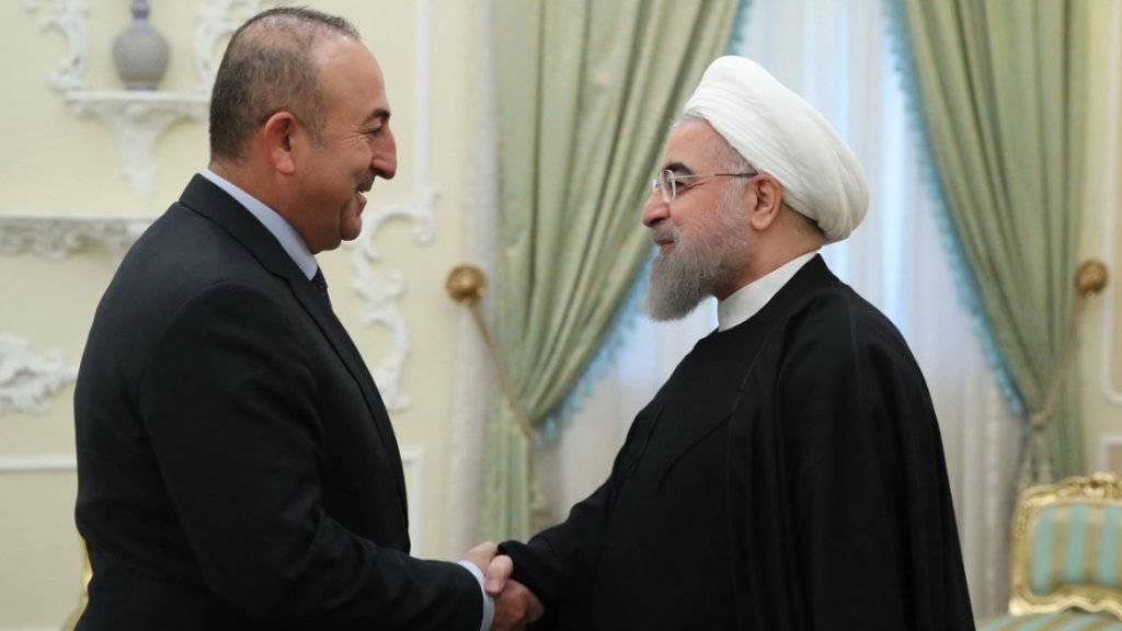 Irans Präsident Ruhani (r) und sein türkischer Gast Mevlüt Cavusoglu
