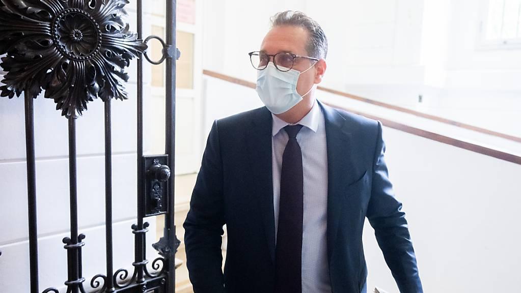 Im Korruptionsprozess gegen Österreichs ehemaligen Vizekanzler Heinz-Christian Strache hat sich der Rechtspopulist von Parteispenden distanziert. Der Ex-Chef FPÖ ist wegen Bestechlichkeit angeklagt. Foto: Georg Hochmuth/APA/dpa